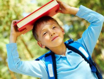 Photo d'un enfant avec un livre
